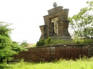 Udržování pomníku i jeho okolí by jistě potrhlo důstojnost památky.